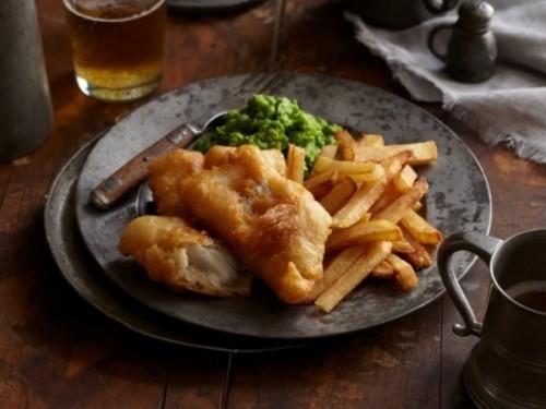 Рыба с картошкой фри и зелёным горошком