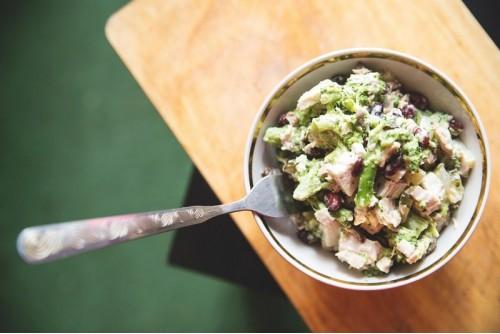 Салат из брокколи с курицей, фасолью и грибами фото