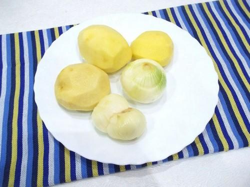 Очистить лук и картофель
