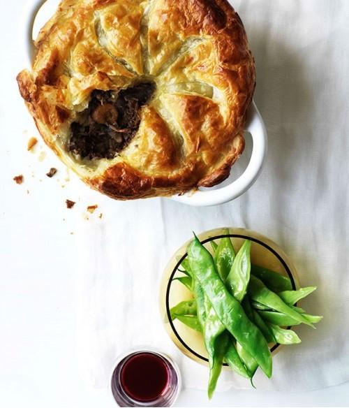 Пирог с говядиной, грибами и вином