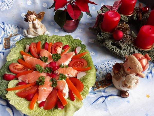 Закуска в виде рождественской звезды пуансеттии