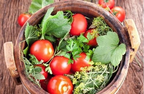Солёные помидоры в бочке