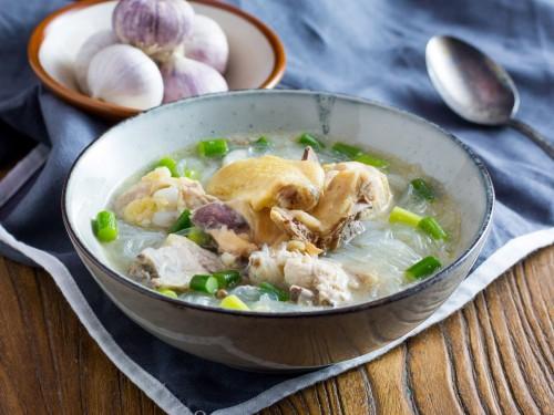 Куриный суп с фунчозой и чесноком