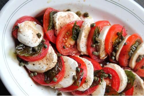 Рецепт салата капрезе с жареными каперсами и базиликом