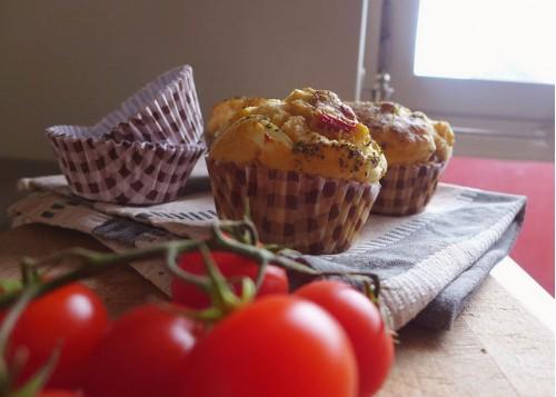 Острые кексы с сыром и вялеными помидорами